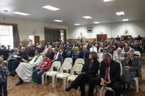 Unsere Gottesdienste werden in der Halle gefeiert während der Renovierung der Kirche.